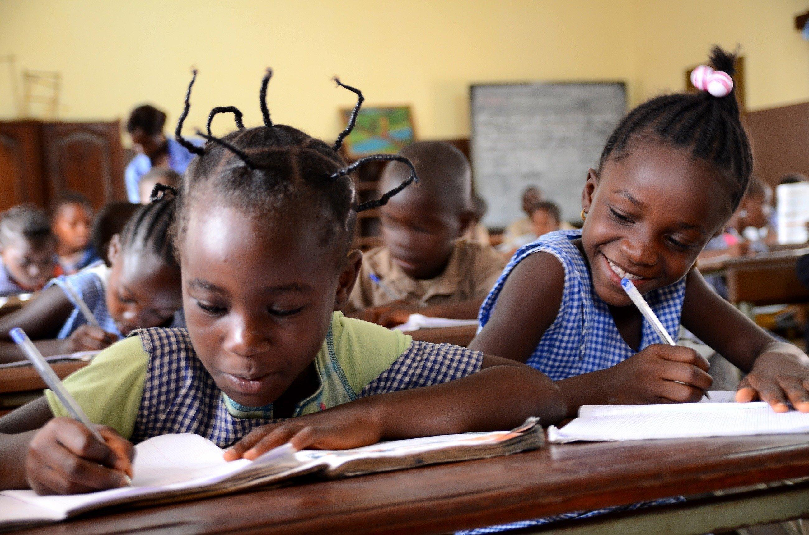 Due bambine a scuola.