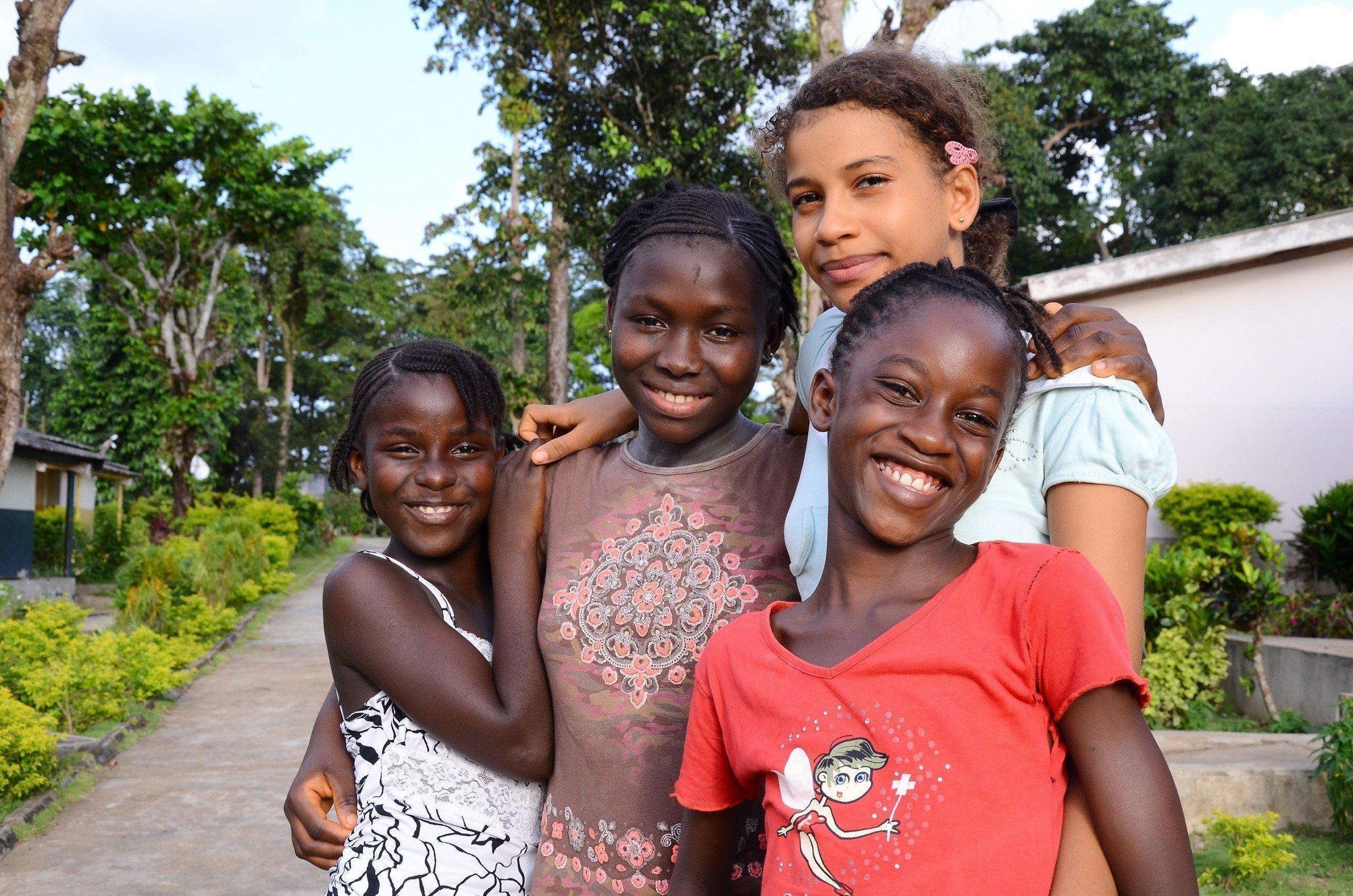 Quattro bambine che ridono in un gruppo