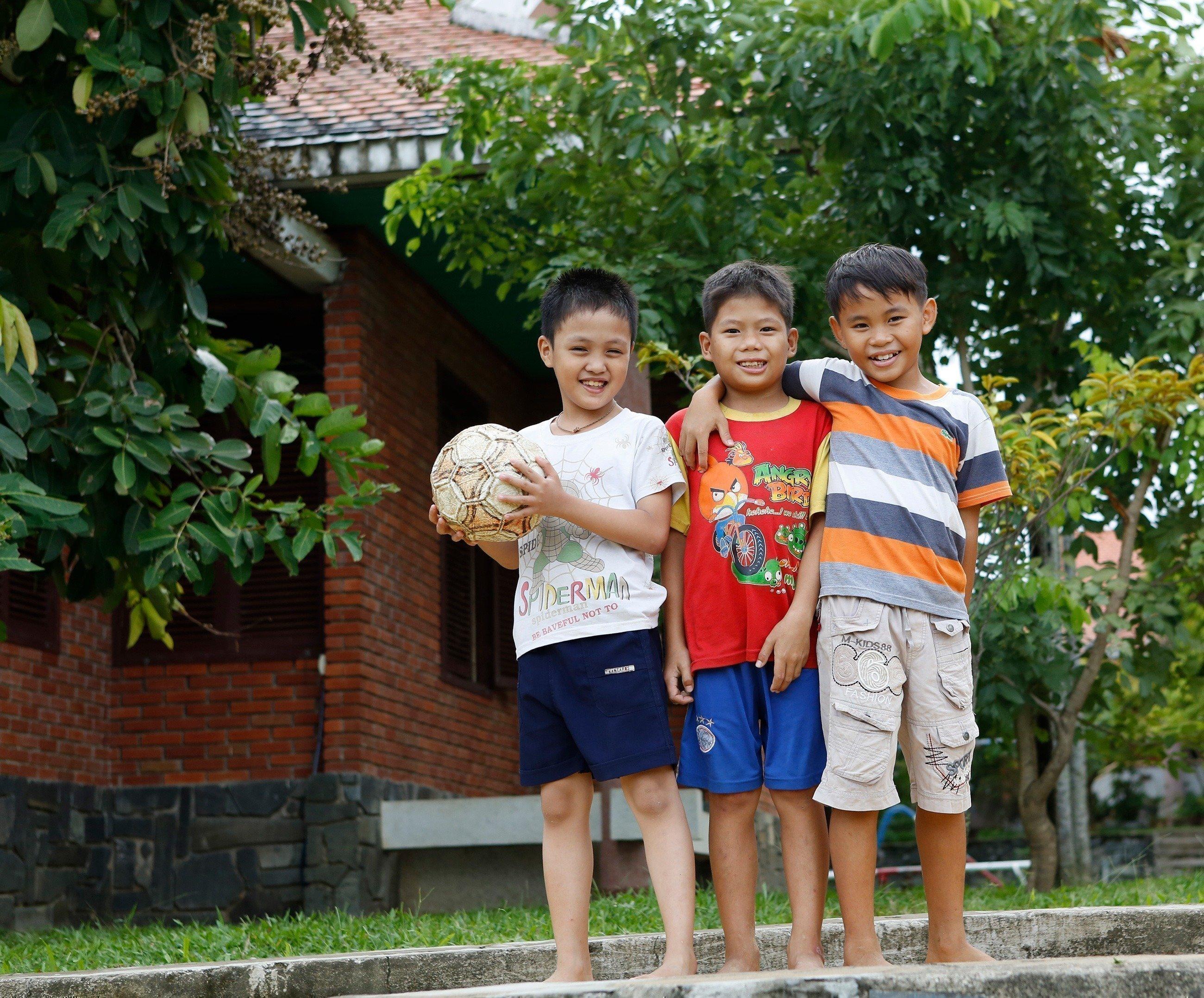 Tre bambini con un pallone.