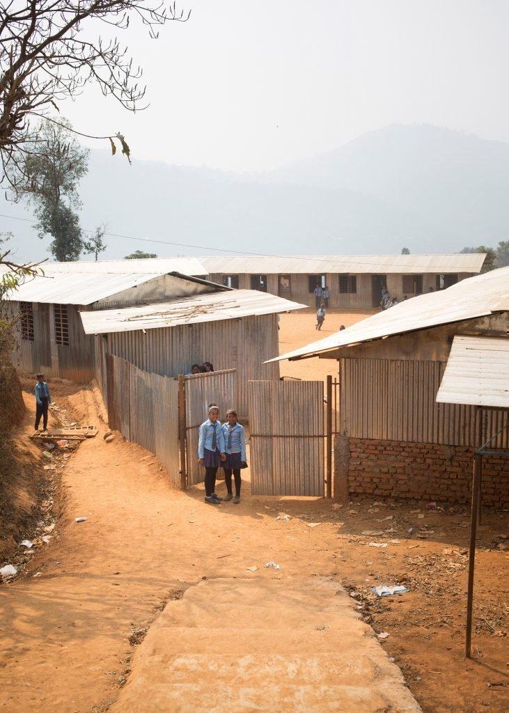 Due alunne davanti a scuola.