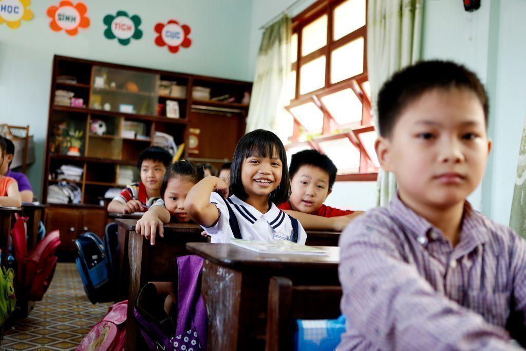 Una bambina segue con piacere la lezione.