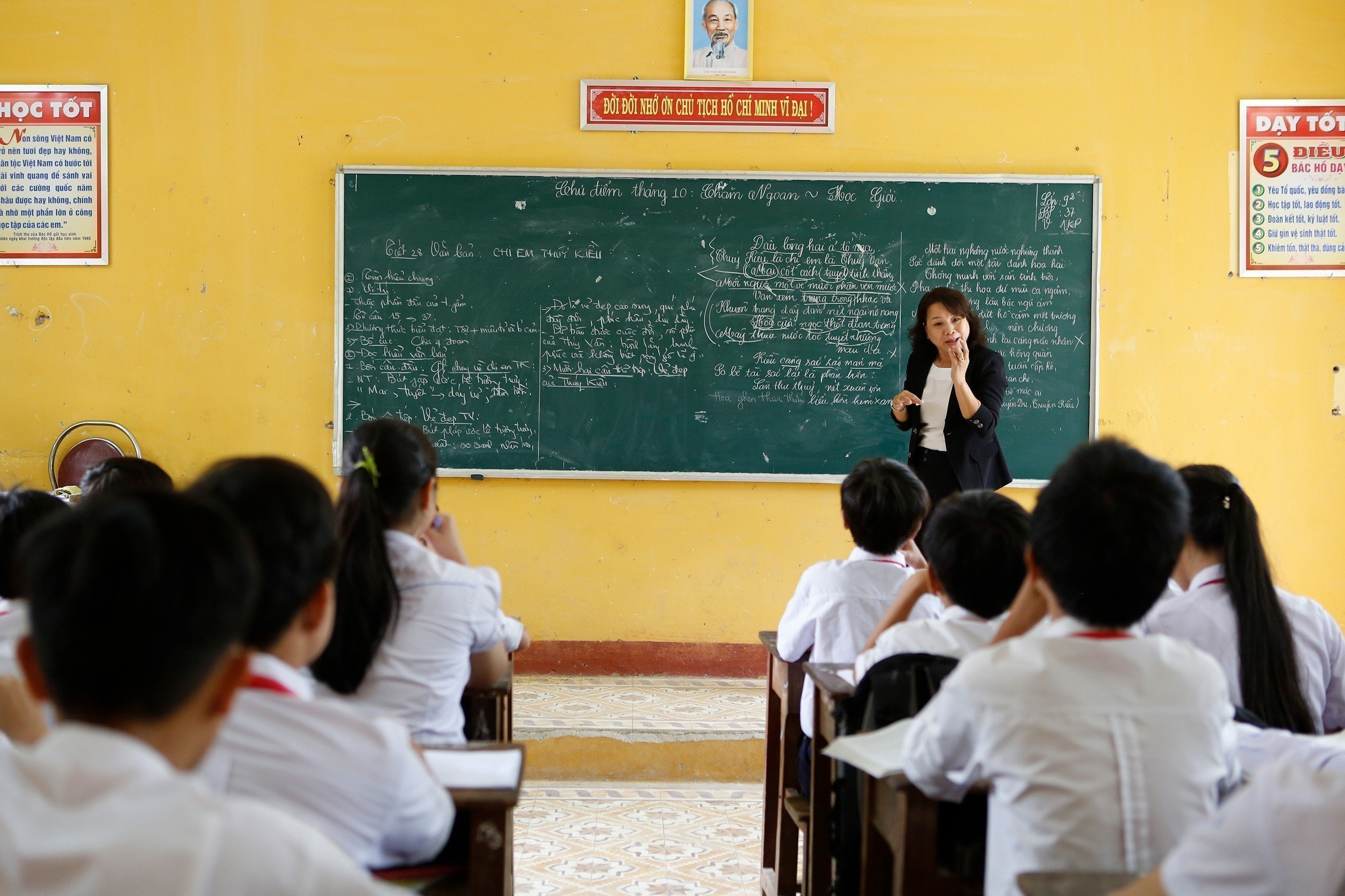 Un insegnante spiega alla lavagna.