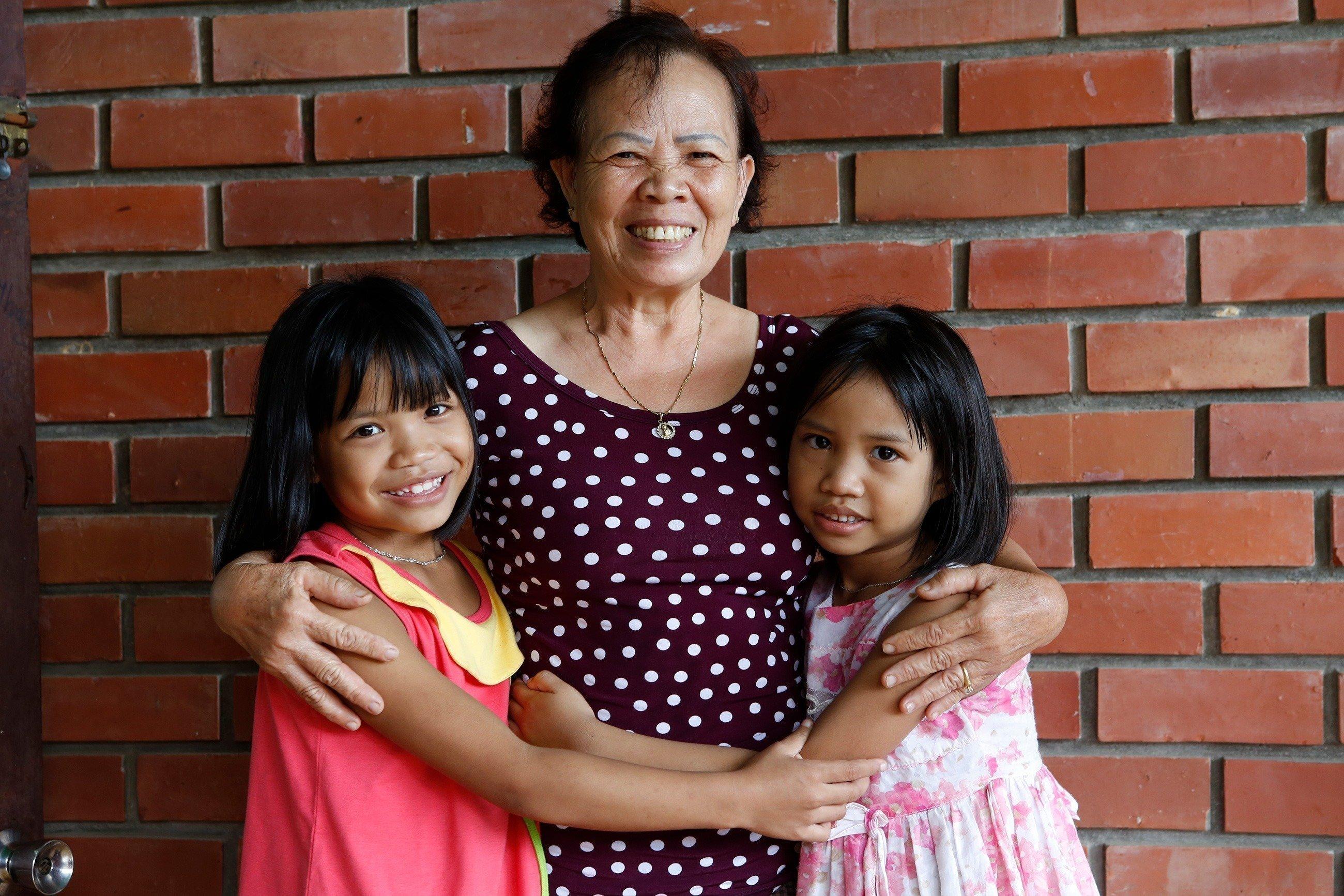 Una madre SOS con le sue figlie.
