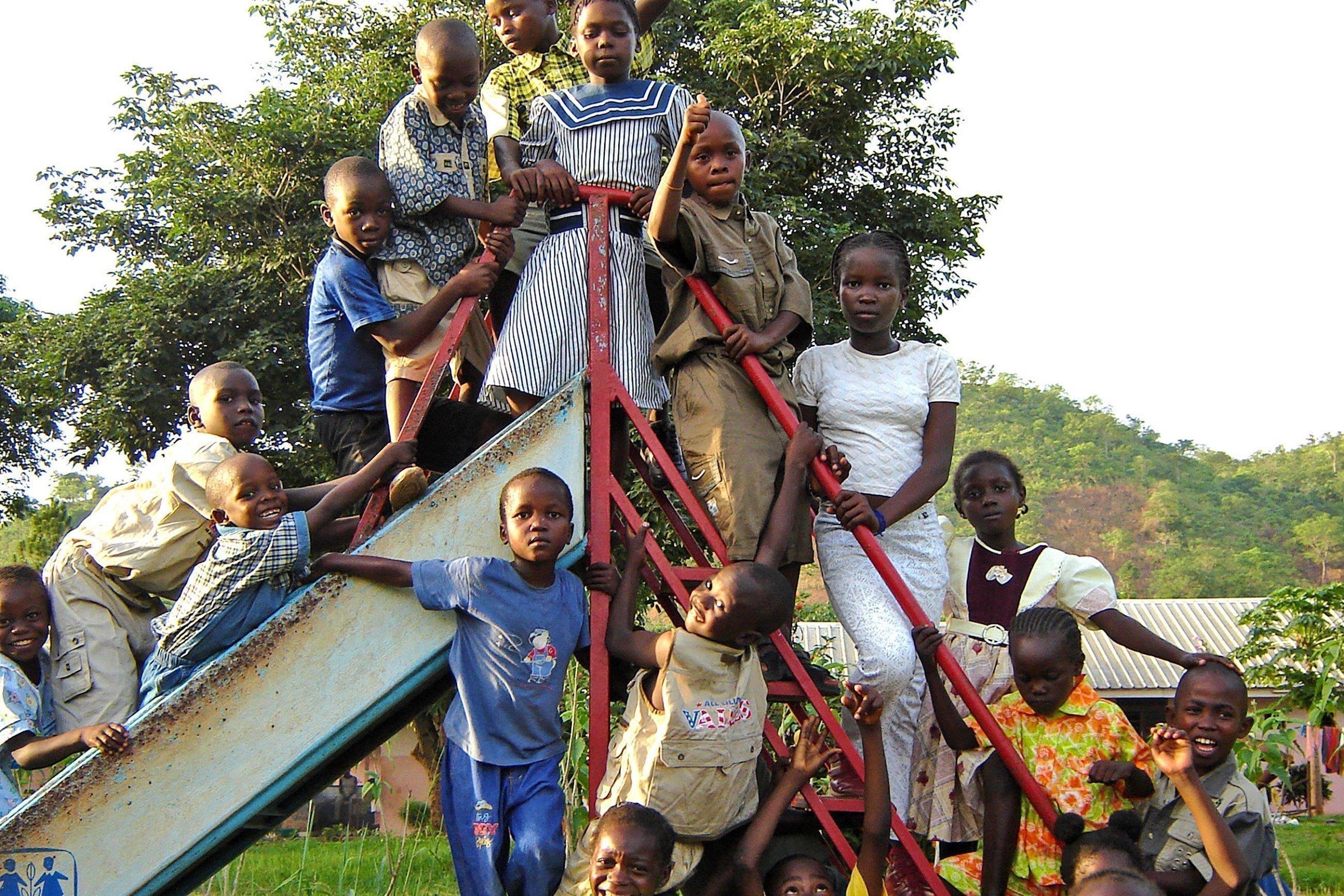 Bambini davanti a uno scivolo.