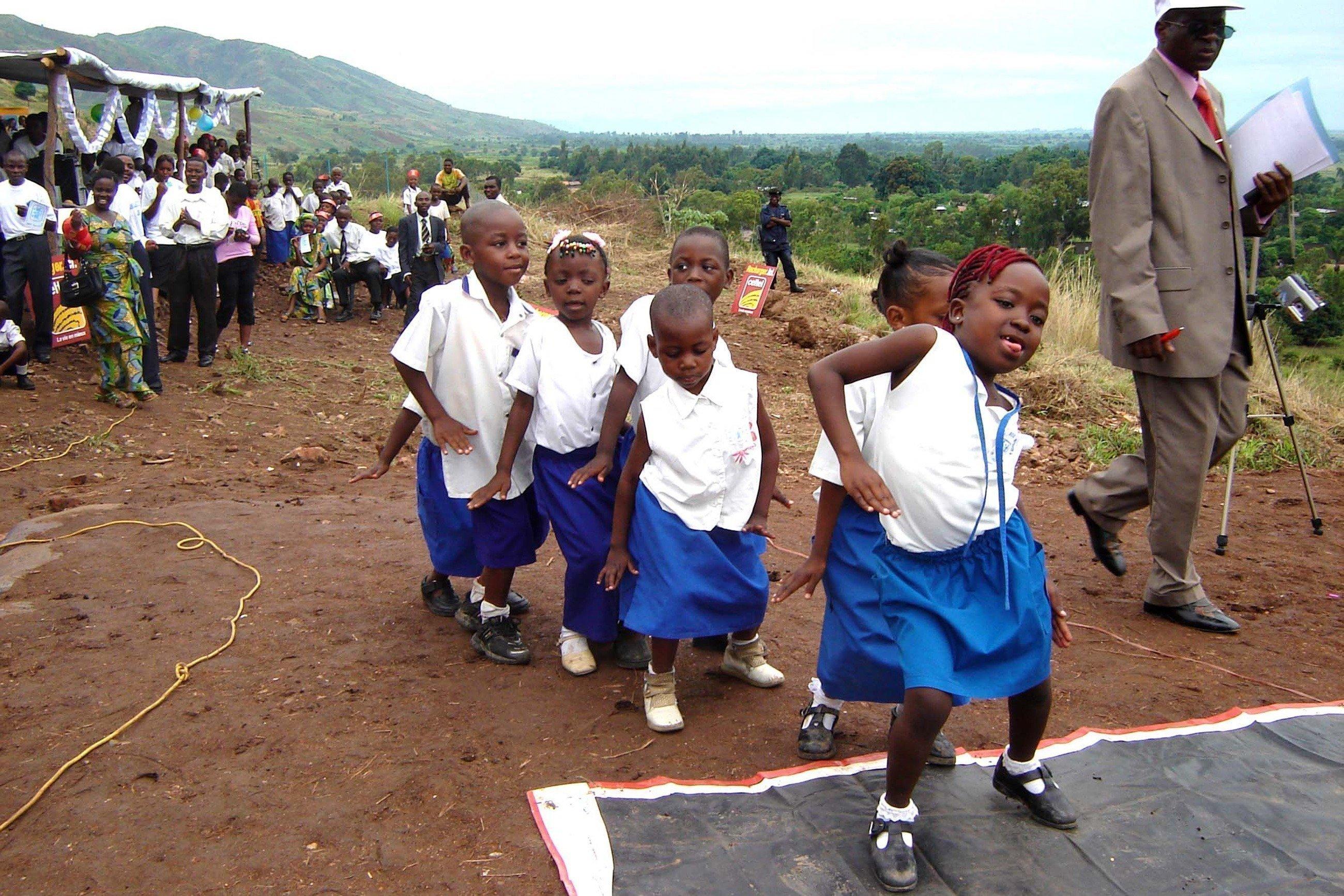 Un gruppo di bambine danza.