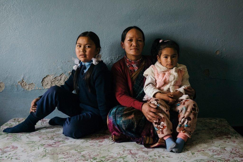 Famiglia seduta. Madre con due bambini.