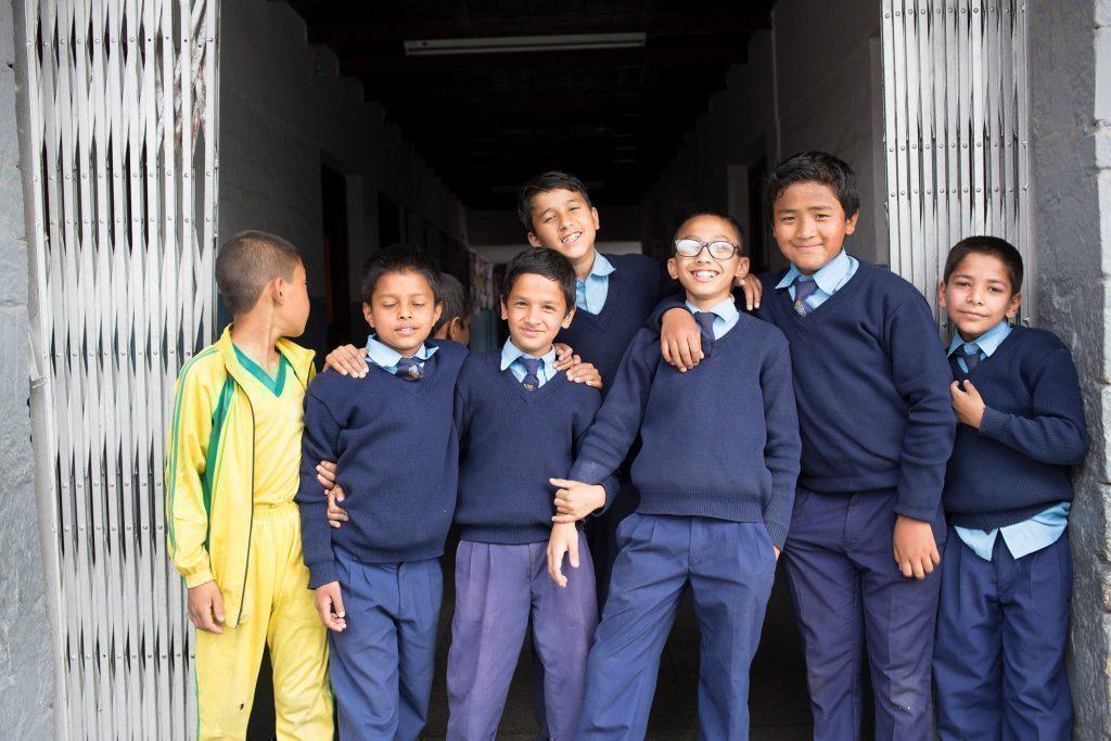 Bambini nepalesi in uniforme scolastica.