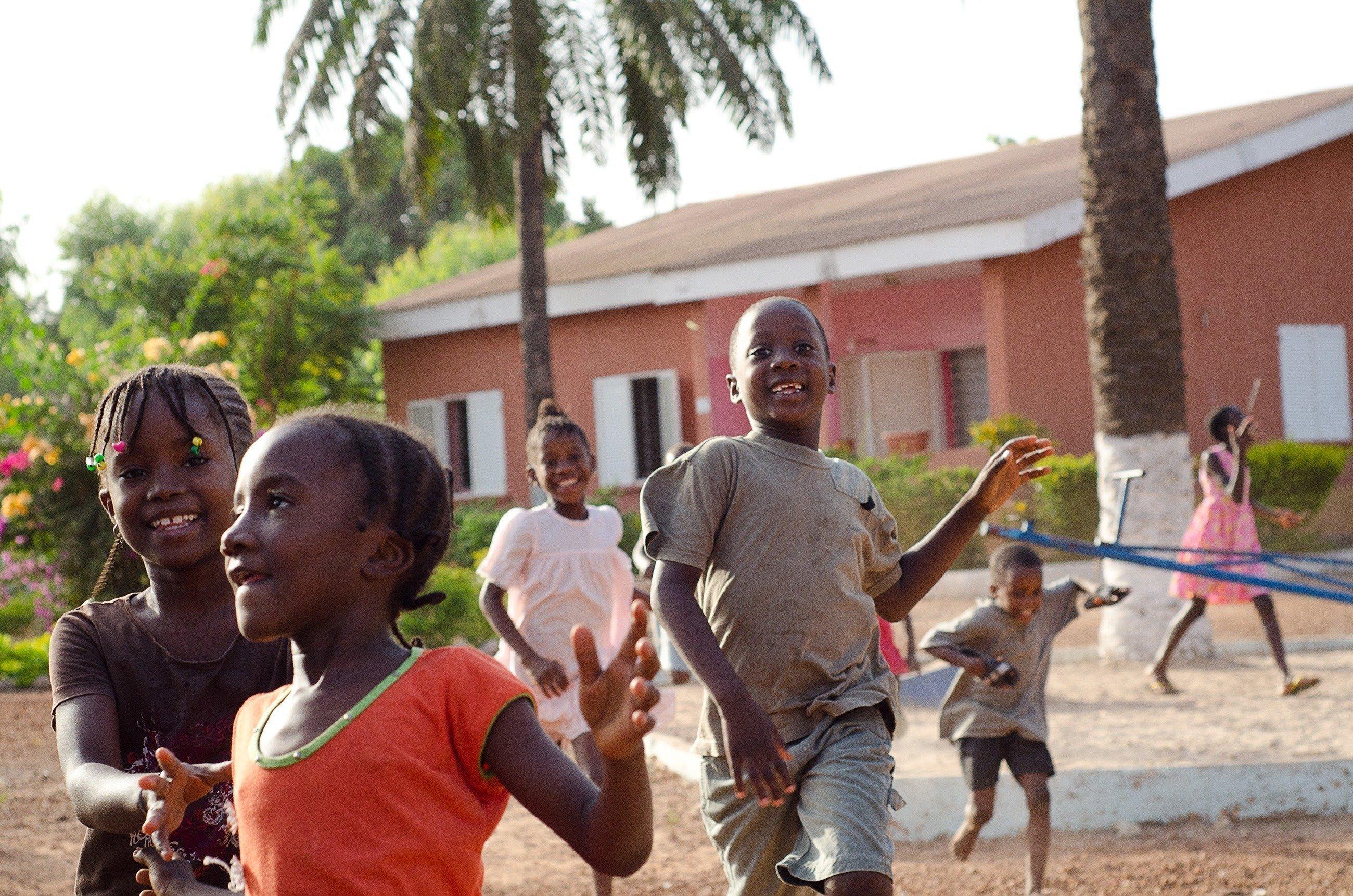 Eine Gruppe spielender Kinder.