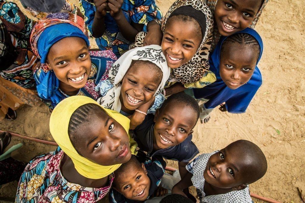 Un gruppo di bambini che ridono.