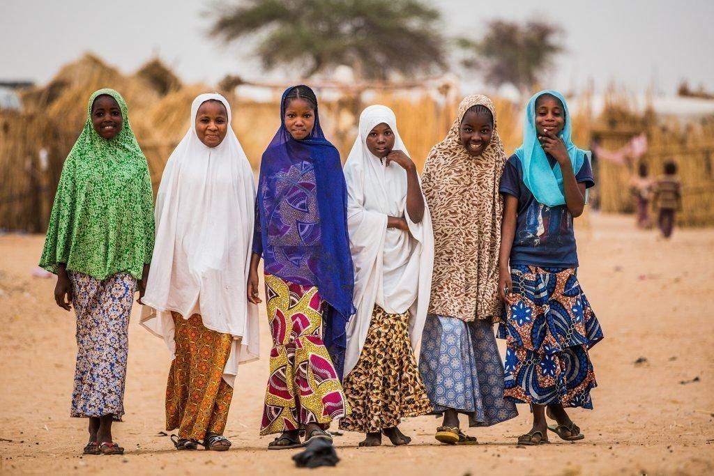 Un gruppo di bambine con dei bei vestiti.