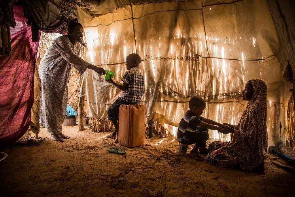 Due bambini in una capanna.