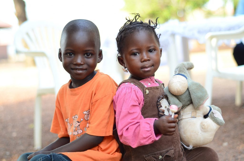 Due bambini sorridenti.