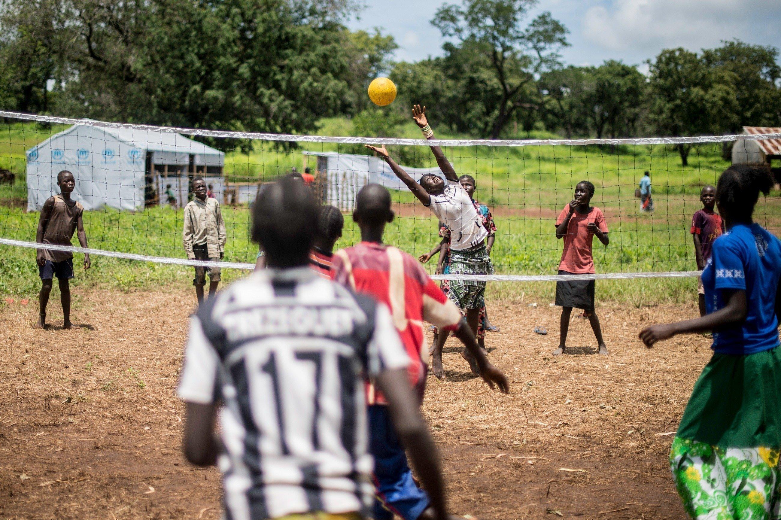 Un gruppo di bambini gioca a pallavolo.