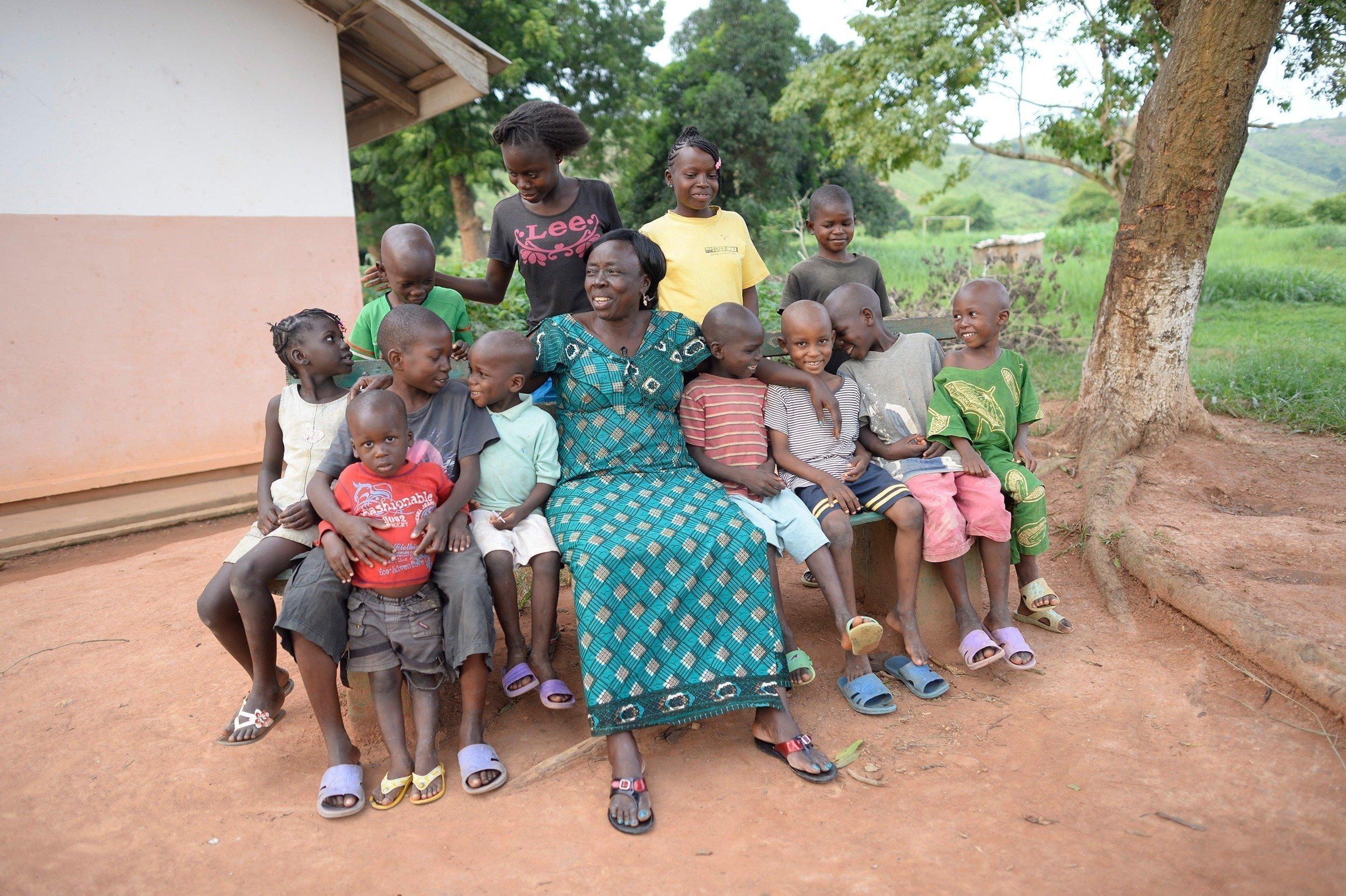 Una madre SOS con un gruppo di bambini.