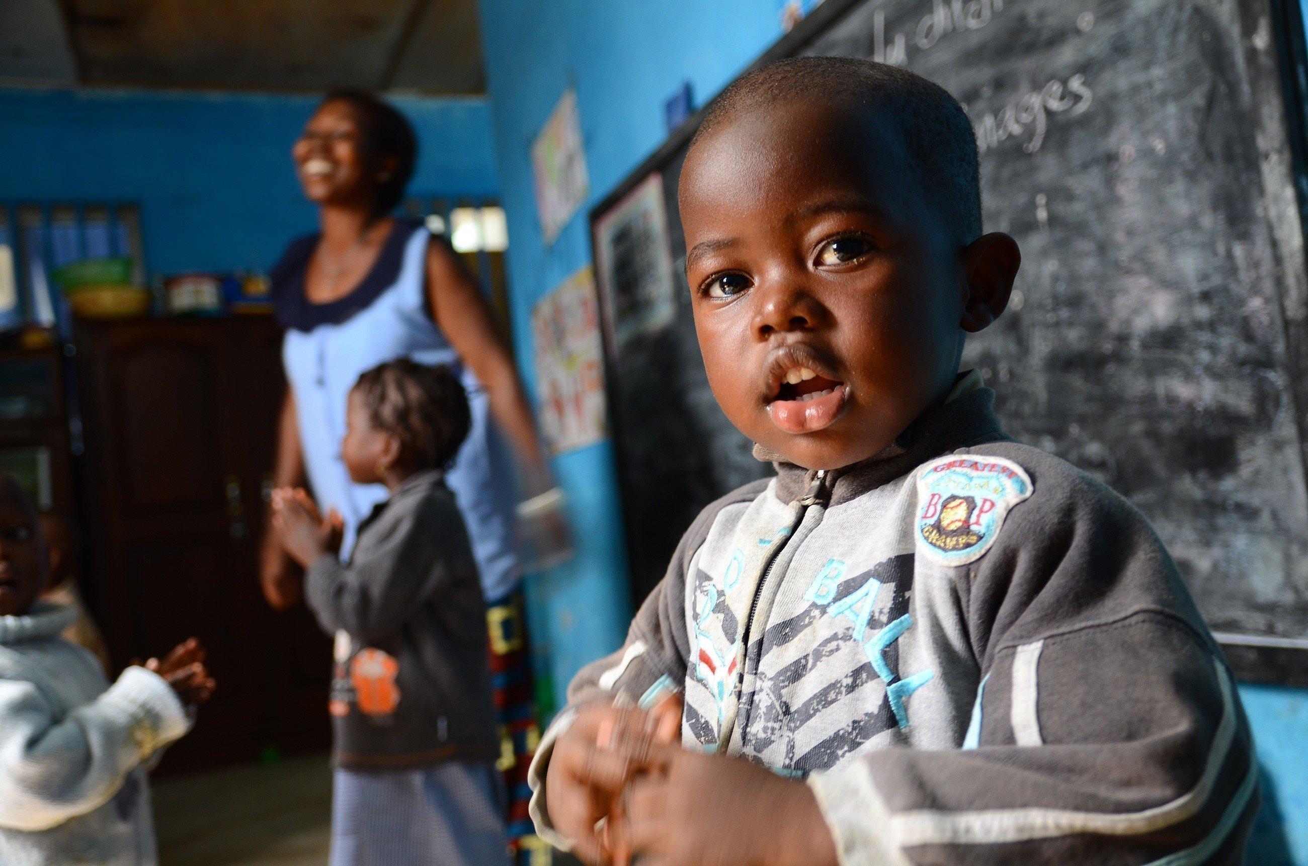 Un bambino sorridente a scuola.