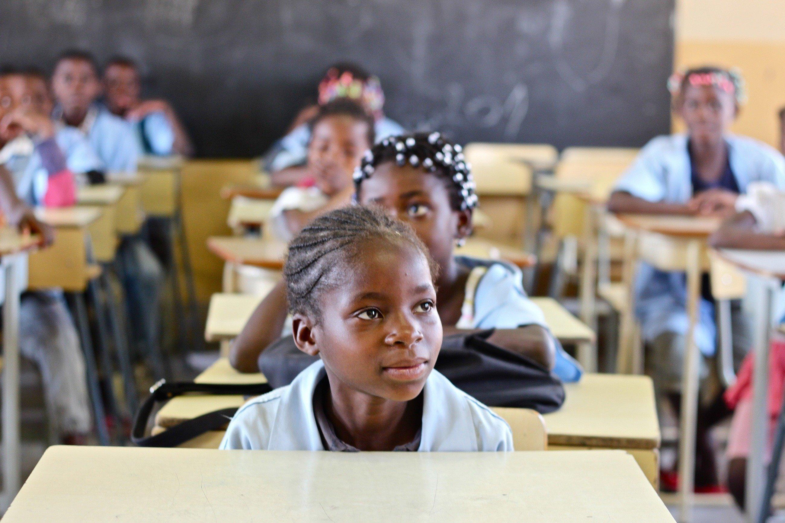 Una ragazza africana segue attentamente la lezione.