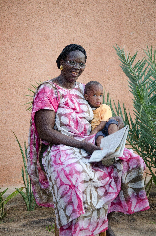 Madre SOS legge un libro a un bambino.