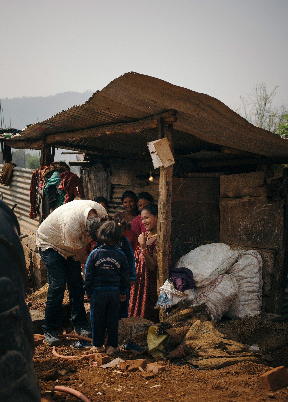 Situazione di una famiglia povera in Nepal in una capanna di legno.