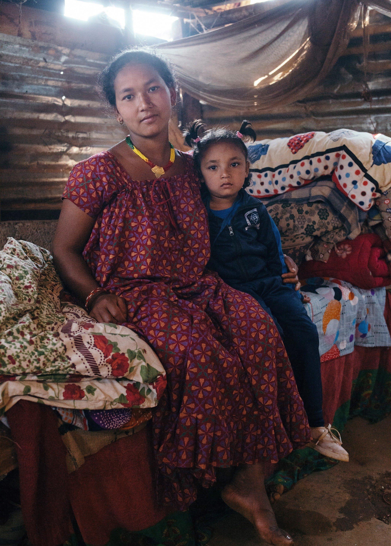 Una madre nepalese con la figlia in braccio.