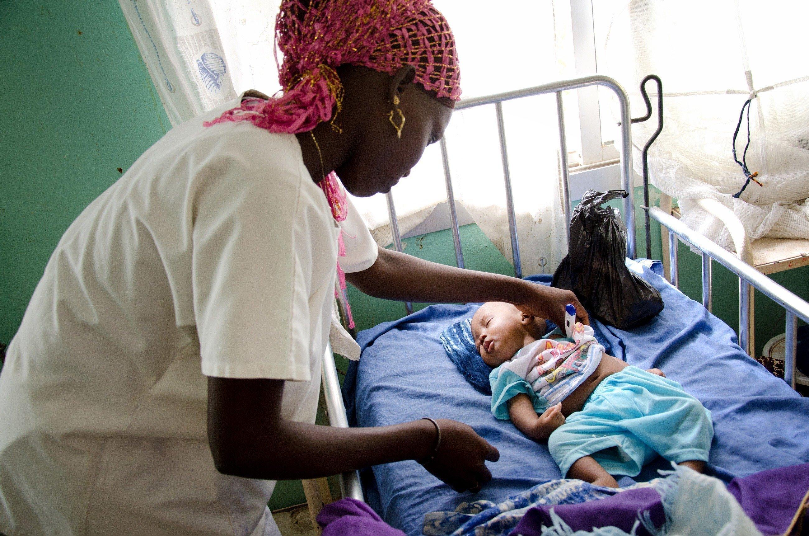Neonato affidato alle cure di una dottoressa in una clinica.