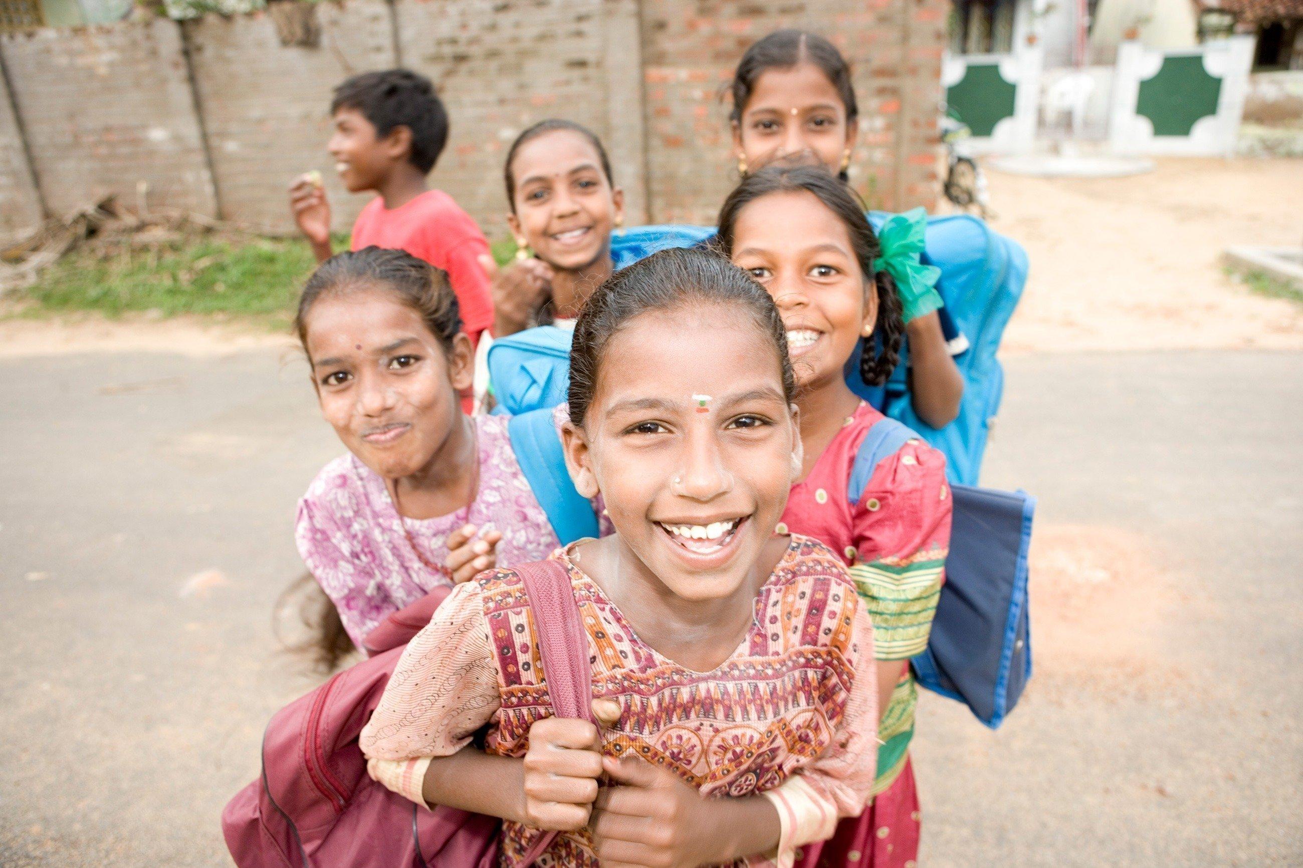 Scolari indiani sorridenti.