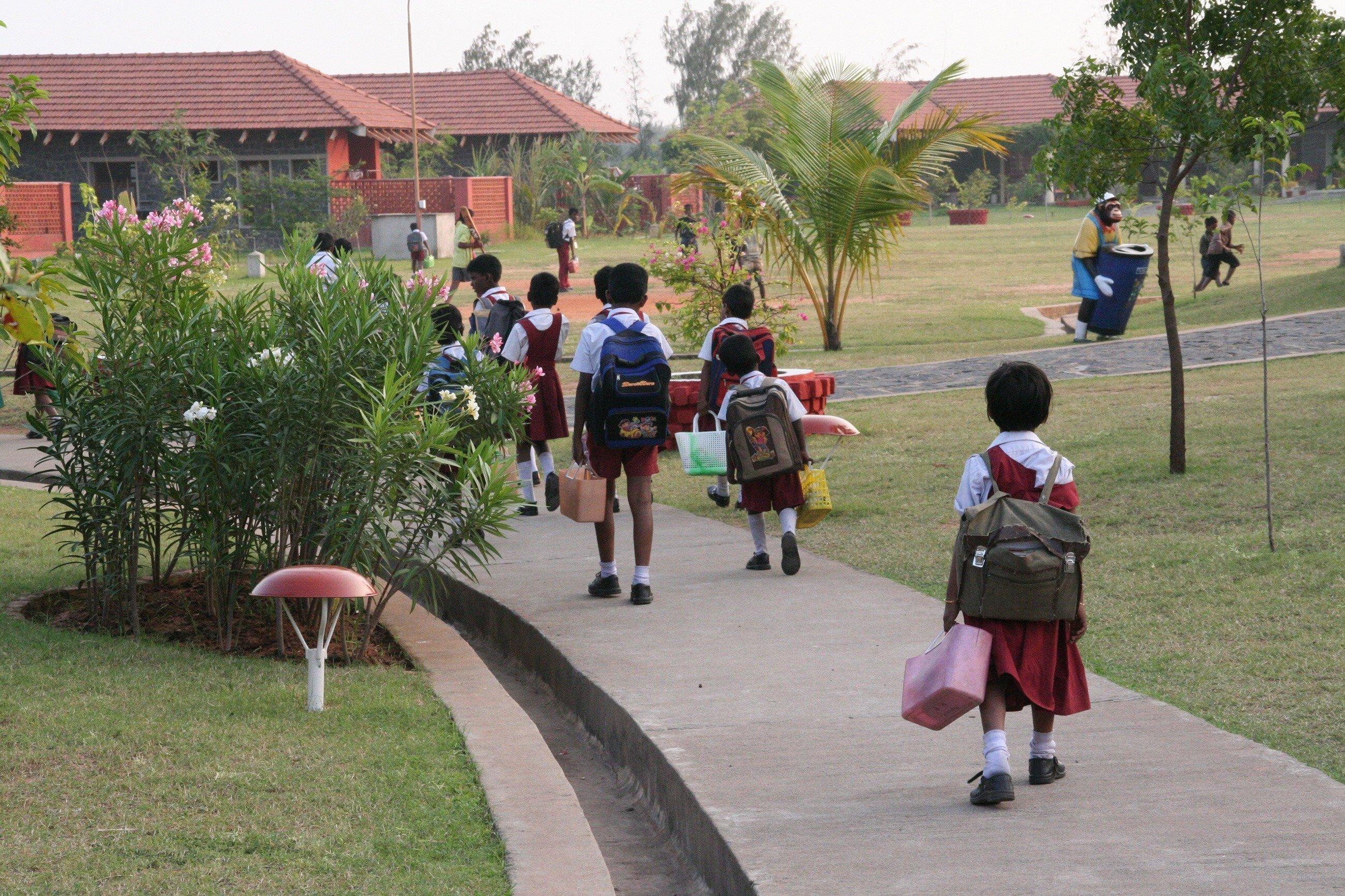 Bambini sulla via della scuola.