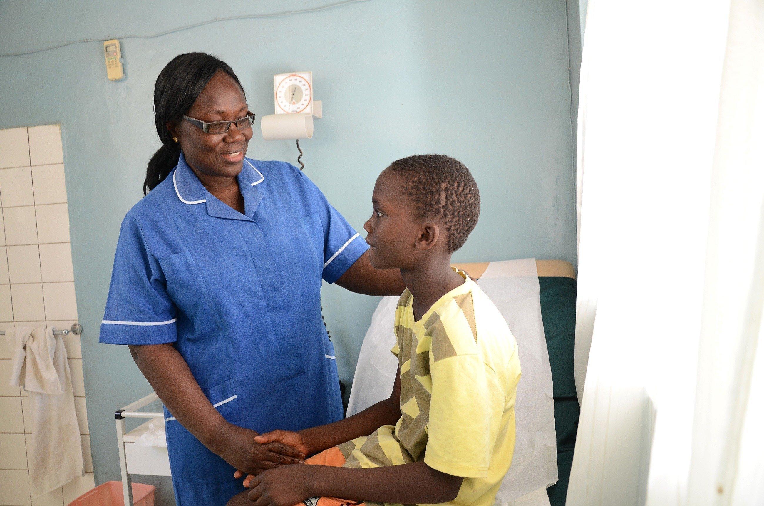 Un'infermiera si prende cura di un ragazzo.
