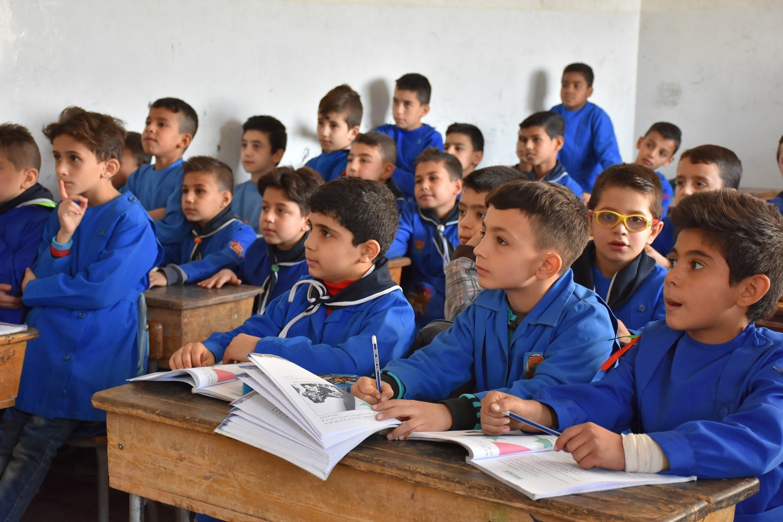 Un gruppo di ragazzi a scuola ascolta attentamente.