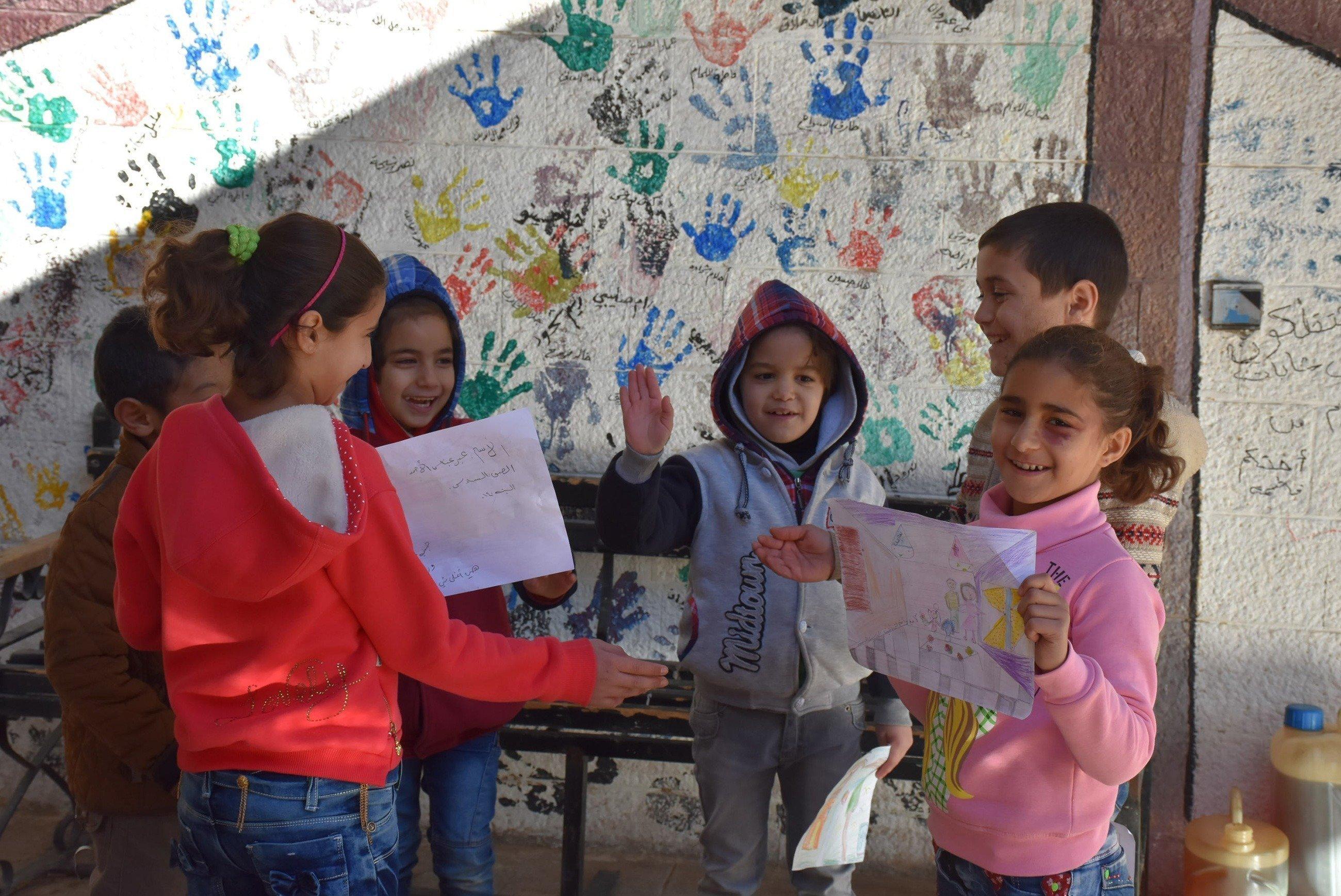 I bambini giocano con colori a dita.