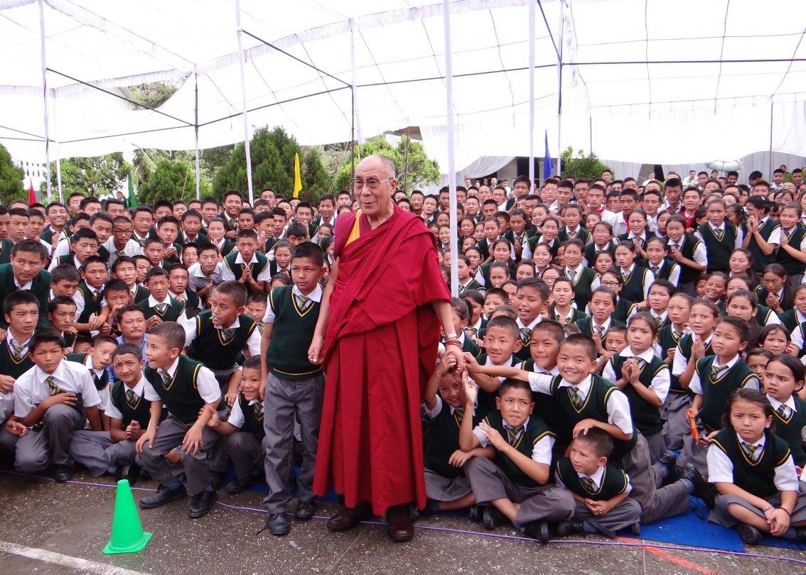 Dalai Lama di fronte a centinaia di alunni dei villaggi dei bambini SOS.