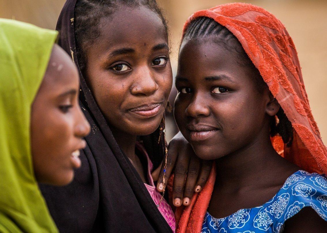 Tre ragazze africane in un villaggio dei bambini SOS.