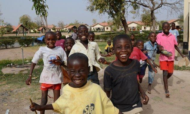 Bambini di SOS Villaggi dei Bambini mentre giocano durante la pausa.
