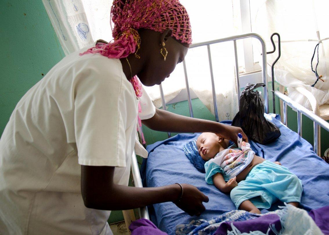 Una pediatra e un bambino africano presso un centro medicale SOS