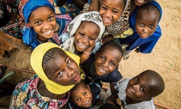 Fatouma e le sue amiche giocano nel SOS Villaggio dei Bambini a Diffa