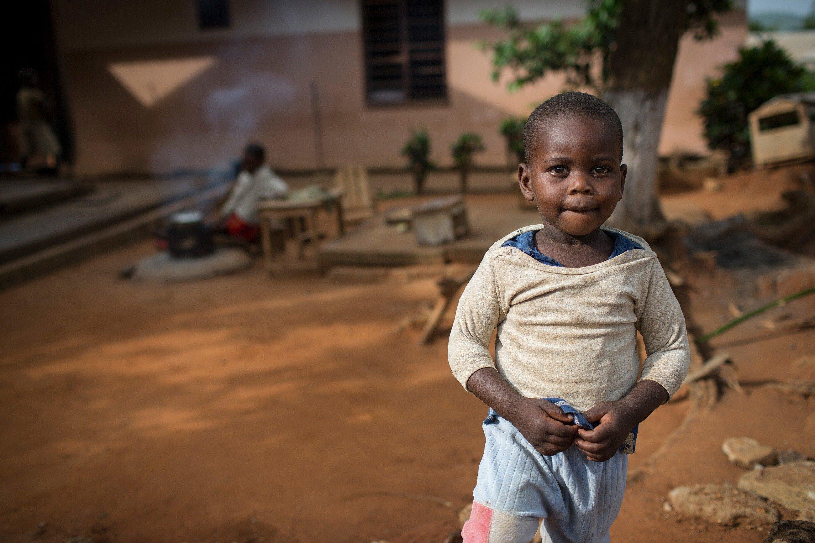 Bambino in abiti poveri
