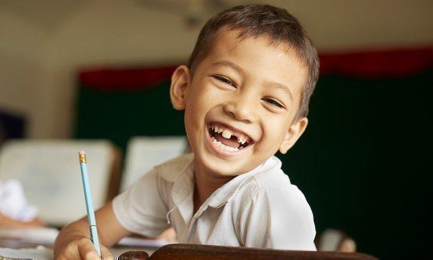 Bambino si diverte imparando a scuola