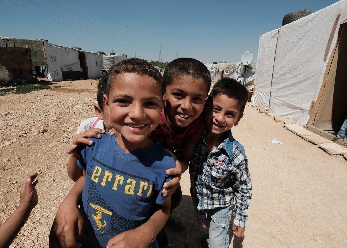 Quattro ragazzi allegri in un campo profughi in Siria