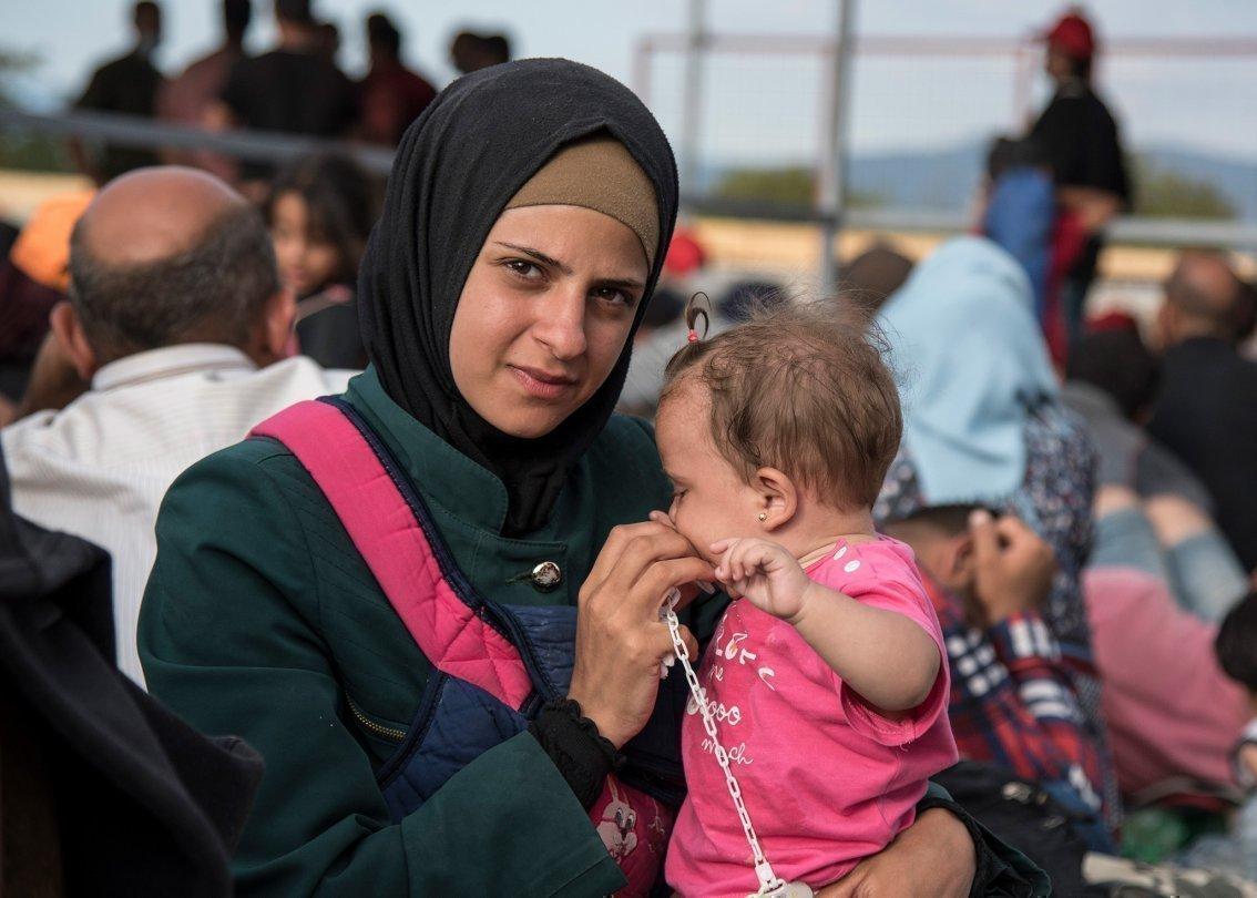 Mamma con bambino in grembo