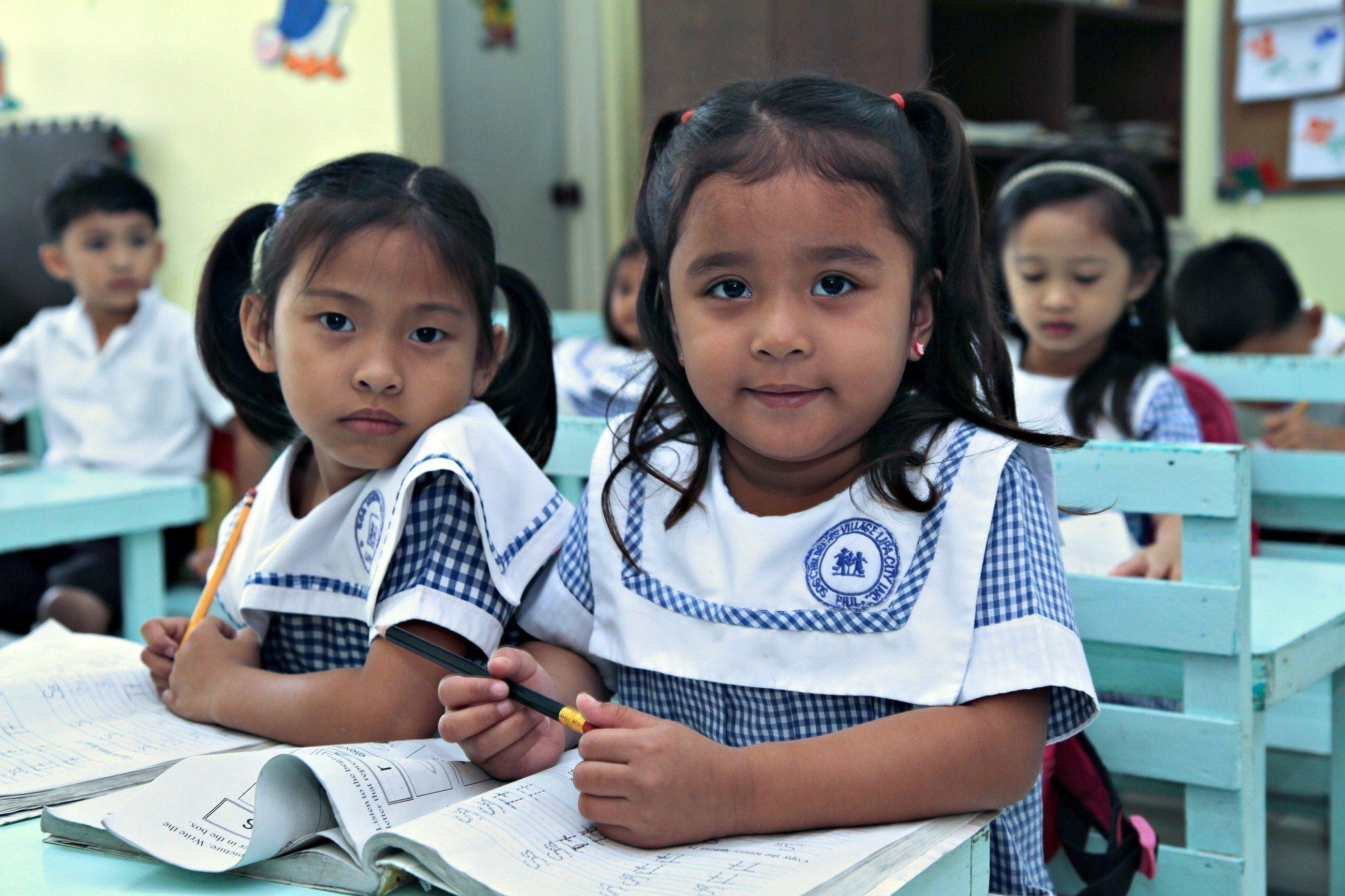 Due bambine piccole a scuola.