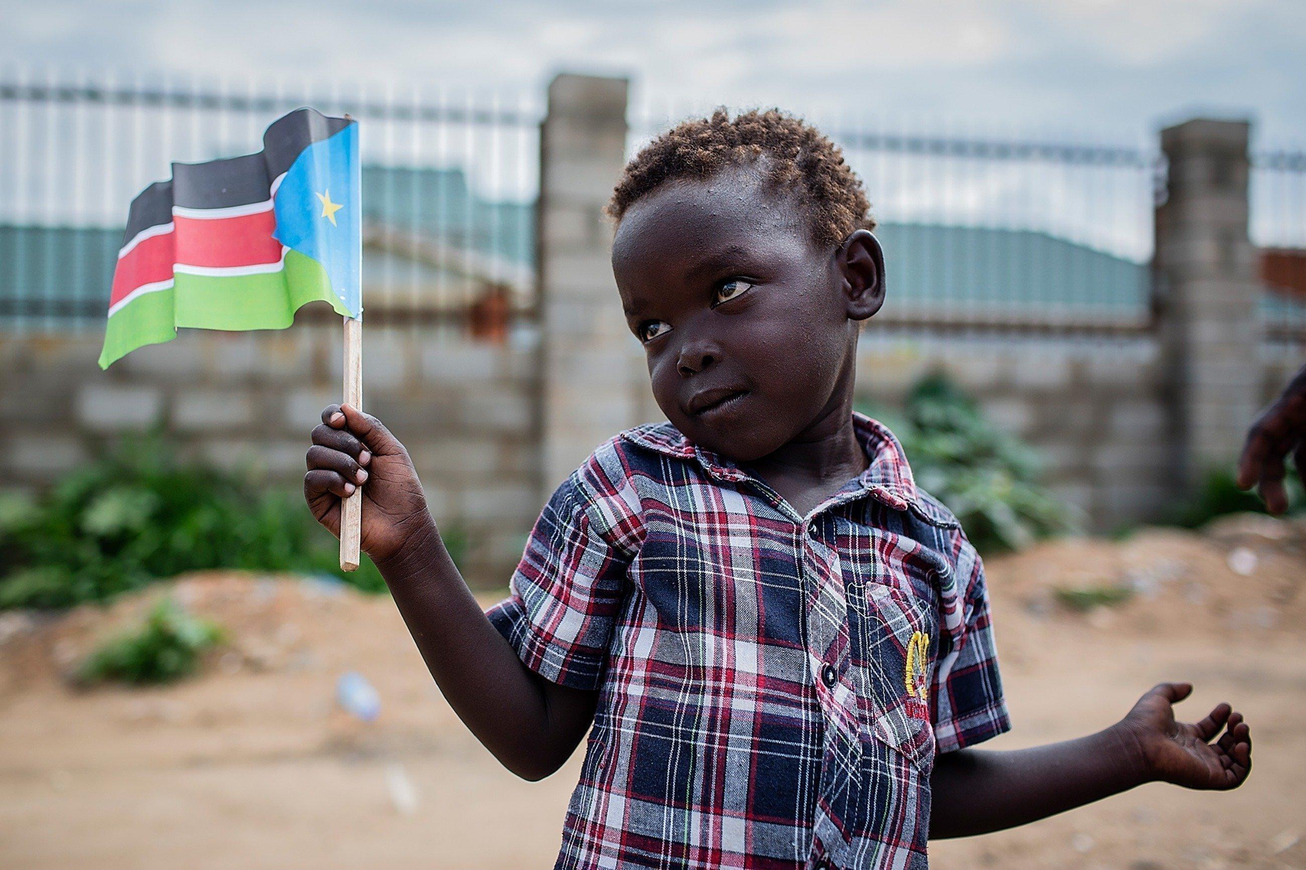 Ragazzino con bandiera africana.