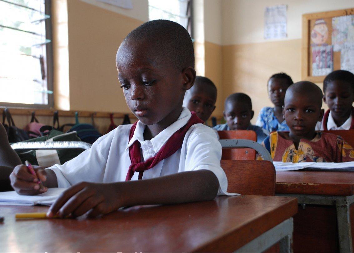 Un'aula in cui stanno studiando gli alunni di SOS Villaggi dei Bambini.