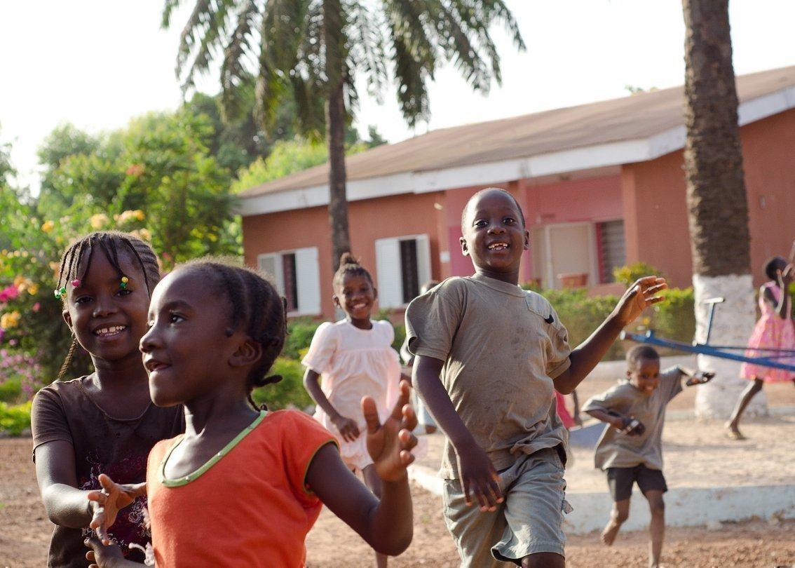 Bambini corrono allegramente in un SOS Villaggio dei Bambini.