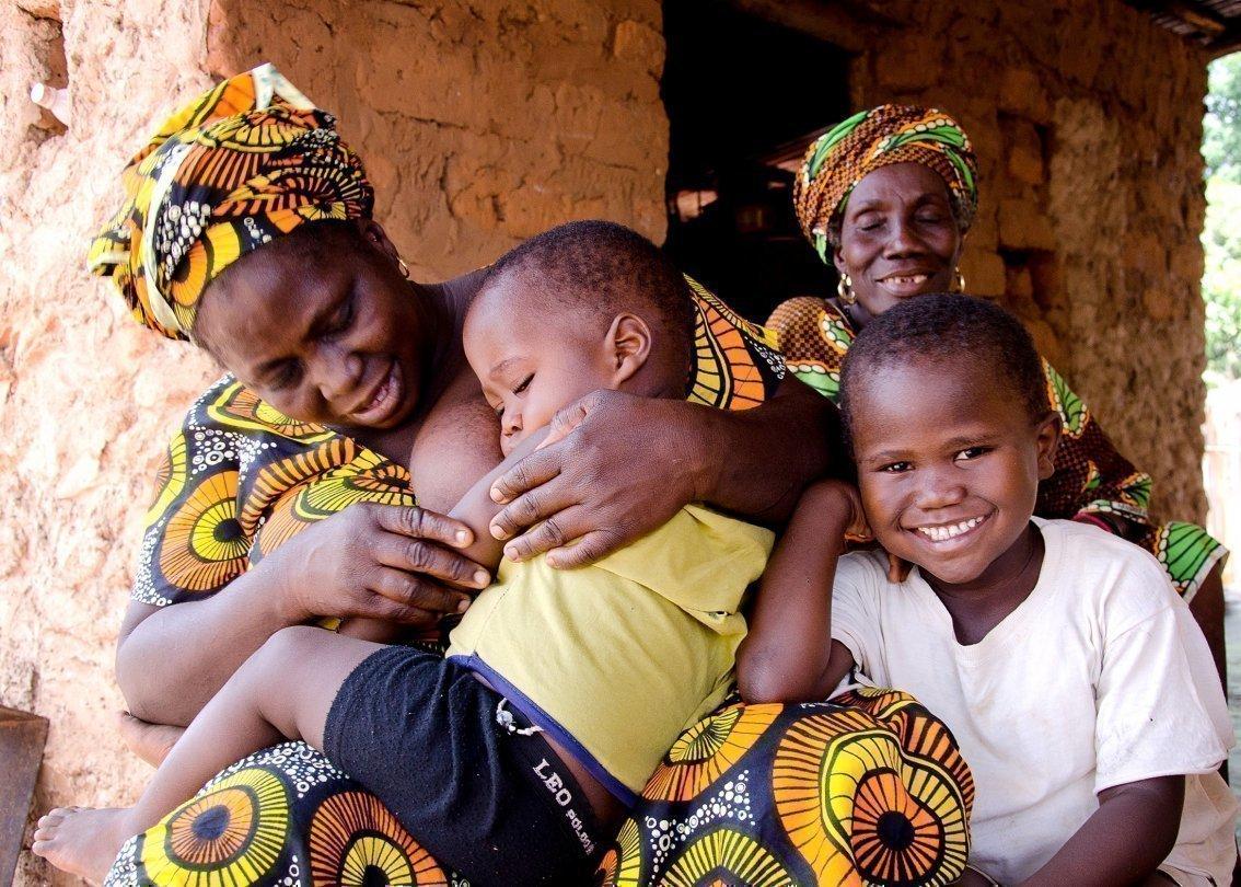 Mamma in un SOS Villaggio dei Bambini con un bambino in braccio.