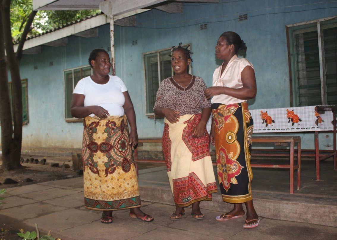 Tre madri dei villaggi dei bambini SOS.