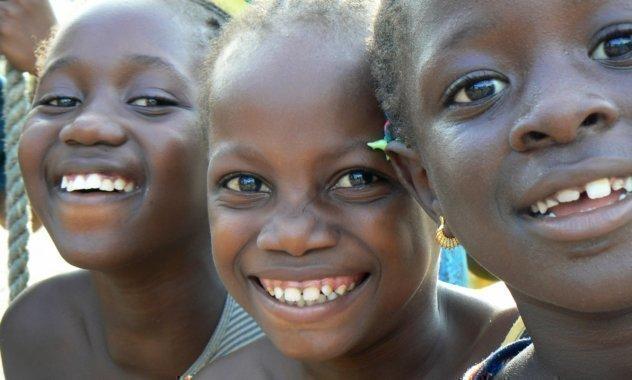 Tre ragazze ridono.