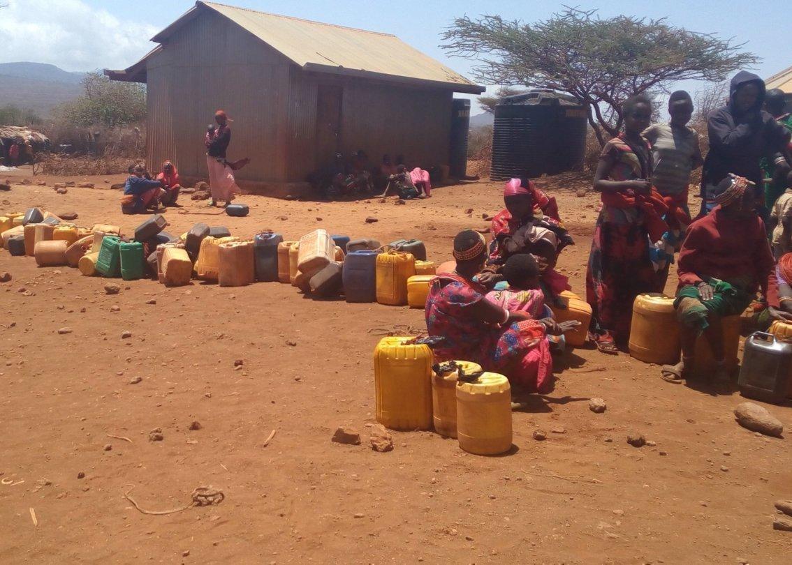 Donne africane con i loro porta-acqua.