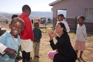 Maria Walliser con i bambini del villaggio dei bambini SOS di Quthing. Foto di Christof Sonderegger
